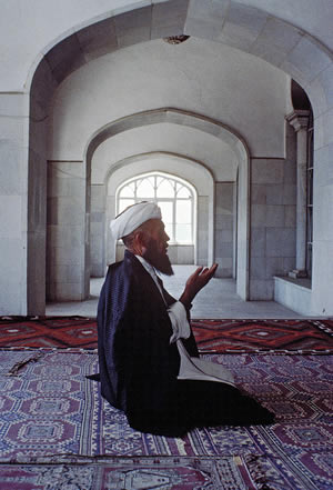 man-praying-in-mosque
