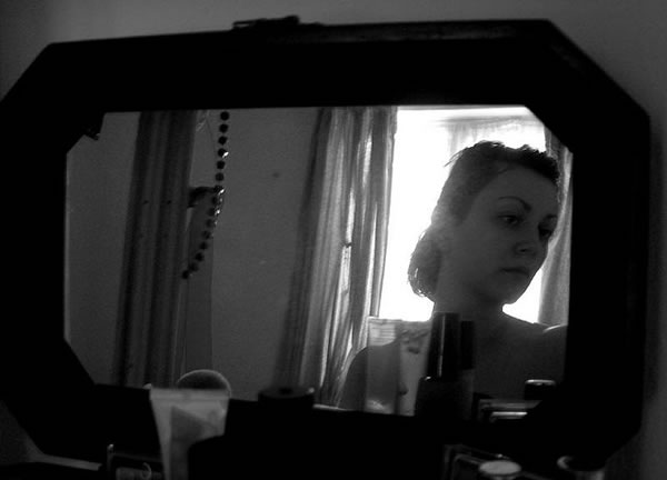 woman-in-mirror-bw